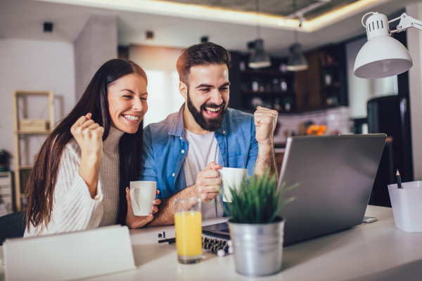 Gl�ckliches Paar vor einem PC